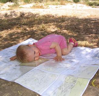 תינוקת שוכבת על מפת ניווט