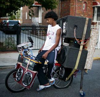 נער על אופניים עם המון רמקולים